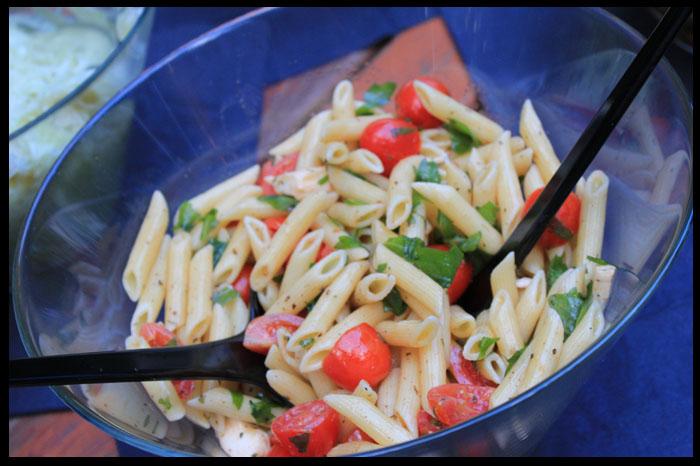 Salat-Nudel-Ruccola-Tomate